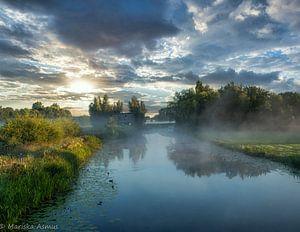 mist over de velden met zonsopgang van Mariska Asmus