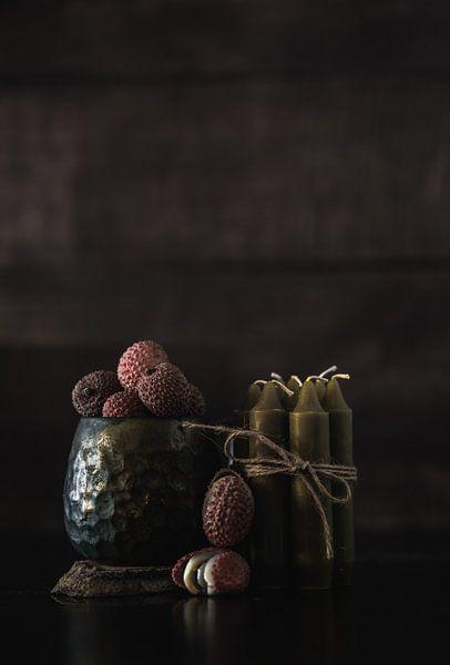 Duister en donker stilleven met fruit en kaarsen van Steven Dijkshoorn