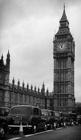 Big Ben en black cab taxi's in Londen in zwart-wit