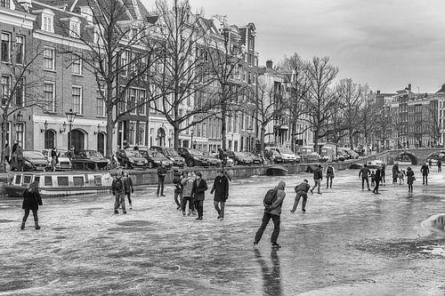 Schaatsers op de Keizersgracht in Amsterdam