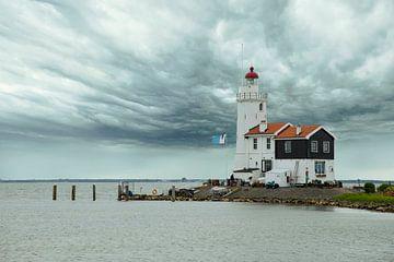 Leuchtturm in Marken, Niederlanden. von Gert Hilbink
