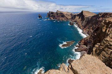 De Atlantische Oceaan aan de kust van Madeira Island