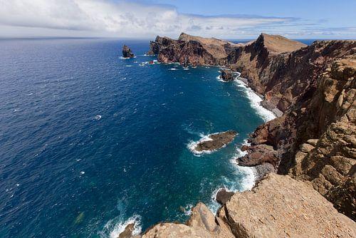De Atlantische Oceaan aan de kust van Madeira Island van