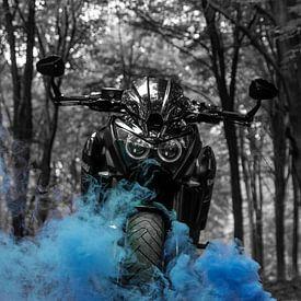 Motor mit blauem Rauch von Nynke Altenburg