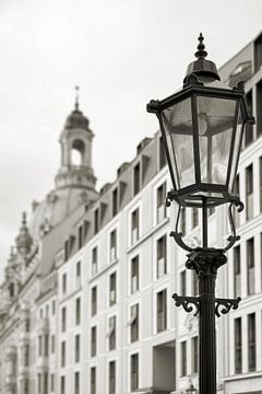 Laterne in der Altstadt von Dresden mit Frauenkirche von Heiko Kueverling