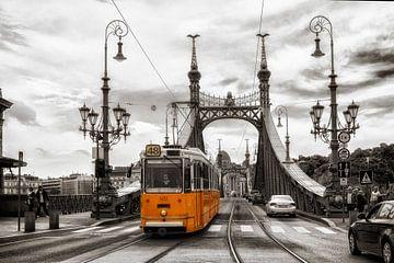 Boedapest - Liberty Bridge met historische tram van Carina Buchspies
