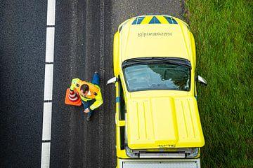 Een weginspecteur bij een ongeval op de A50 bij Epe van Stefan Verkerk