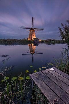 Verlichte molen met steiger bij Kinderdijk van Sander Groenendijk