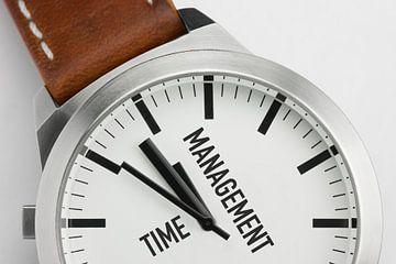 Macrofoto van een modern metalen horloge met de tekst Time Management op de wijzerplaat van Tonko Oosterink