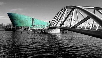 De brug naar Nemo in Amsterdam van Heleen van de Ven