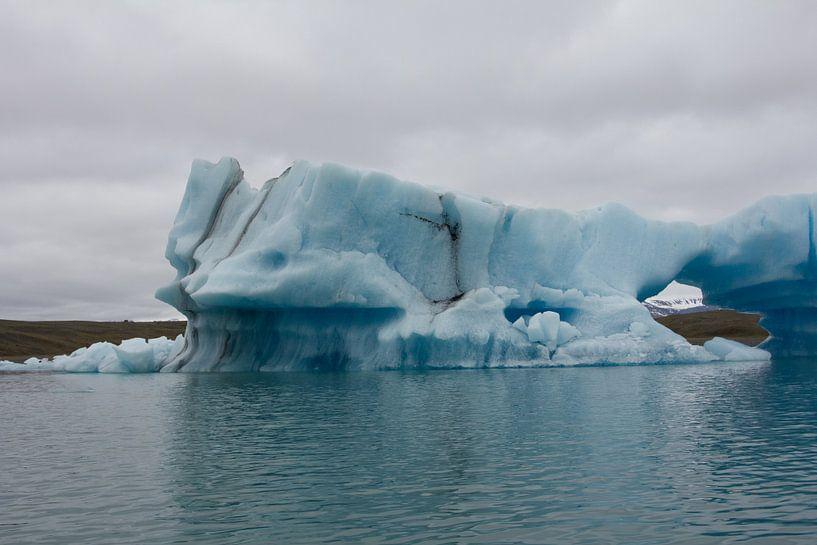 IJsberg met doorkijk op gletsjer van Stephan van Krimpen