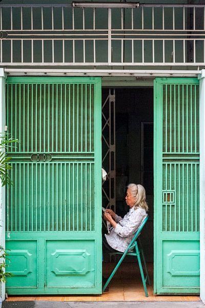 Vrouw Leest de krant - Ho Chi Minh City van Sebastiaan Hamming