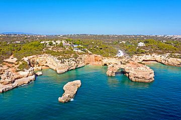 Luftaufnahme von Praia Albandeira an der Algarve Portugal von Nisangha Masselink