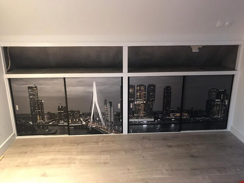 Klantfoto: Skyline Rotterdam by Night  - Rotterdams Finest !   van Sylvester Lobé, op naadloos behang