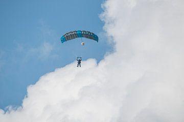 Parachutisten in dubbelsprong von