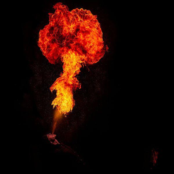 Feuerschlucker im Palais Tokyo, Paris von Yannick Lefevre