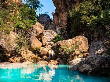 Een natuurlijk zwembad in de bergen nabij Mandalay Myanmar van Rik Pijnenburg