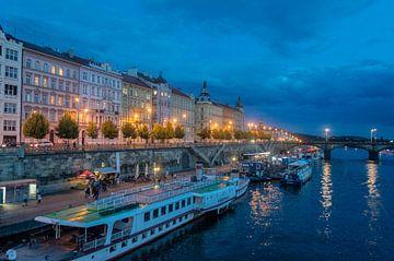 Wasserglas Prag nachts von Melvin Fotografie