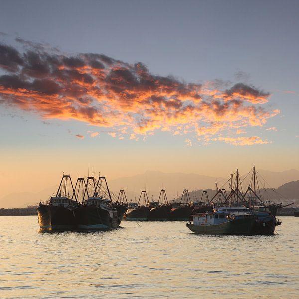 Vissersvloot en avondlicht van Inge Hogenbijl
