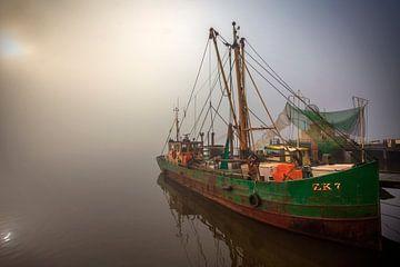 Boot im Nebel Niederlande von Peter Bolman