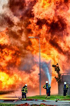 Brandweer voor een vlammenzee van Sjoerd van der Wal