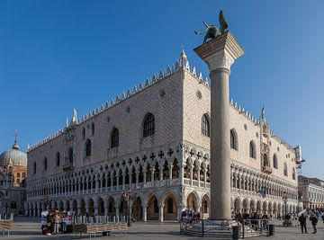 Palais des Doges dans le centre de la vieille ville de Venise, Italie sur Joost Adriaanse