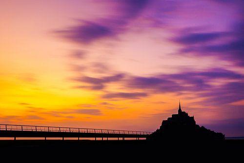 Dreigende zonsondergang Le Mont Saint Michel - Frankrijk - Normandië