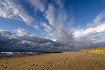 strand op een mooie Hollandse avond van Tjiske Regnerus