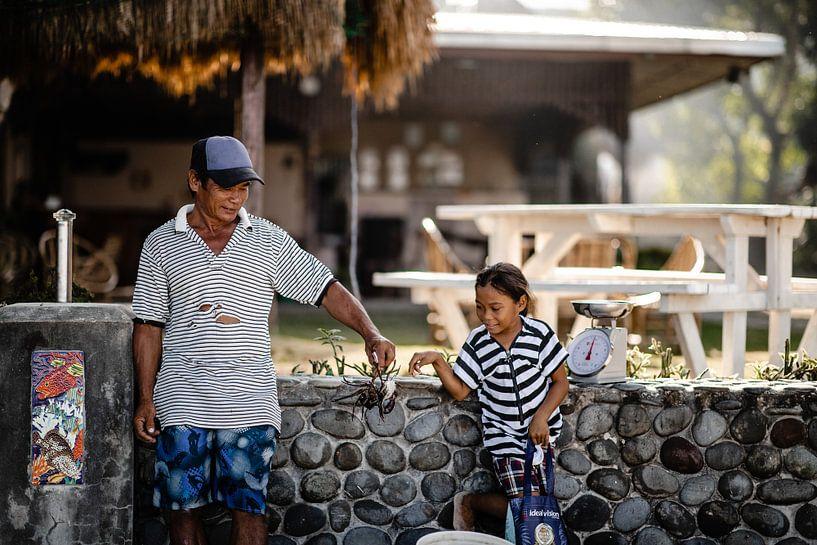 Krab wegen in Filipijns vissersdorpje van Yvette Baur