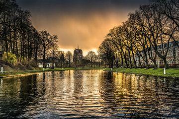 Leeuwarder gracht met Oldehove en een regenbui bij zonsondergang sur Harrie Muis