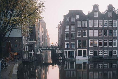 Amsterdam - grachtenpanden op een vroege ochtend