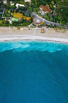 En bas de la route sinueuse, hôtels, cyprès d'automne - Vue aérienne de haut en bas de la mer turquo sur Michael Semenov