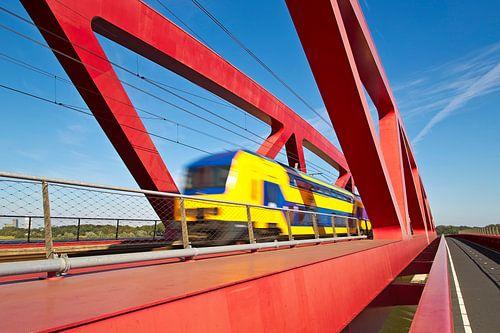 Trein op de  Hanzeboog spoorbrug te Zwolle van Anton de Zeeuw