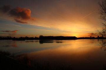 Zonsopkomst met oranje wolken die reflecteren op het water van de Hollandsche IJssel bij Moordrecht von André Muller