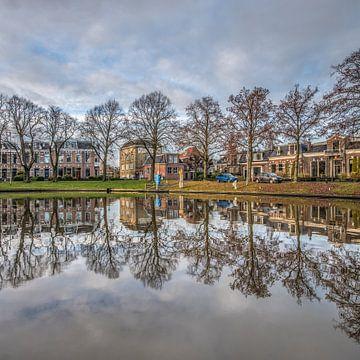 Stadsgracht Leeuwarden met herkenbare Stokvispanden van Harrie Muis