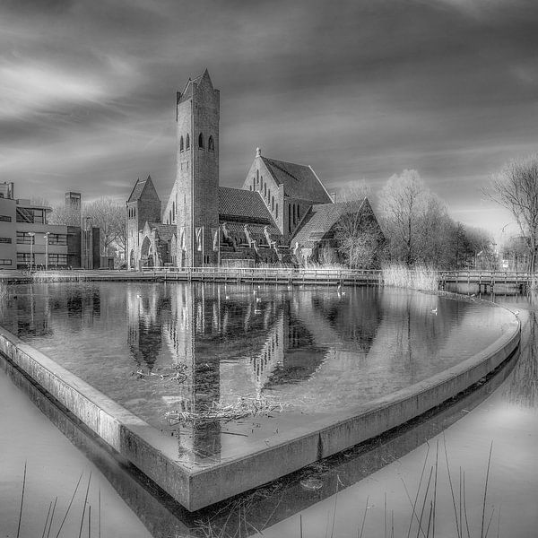 Johannes de Doper kerk in Leeuwarden in zwart/wit. van Harrie Muis