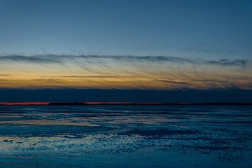 winterse zonsondergang op het veluwemeer van thijmen hoekerd