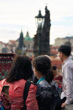 Touristes sur le pont Charles à Prague sur Heiko Kueverling
