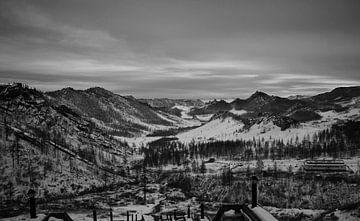 Verschneite Landschaft in mongolischen Bergen von Amy van Loon