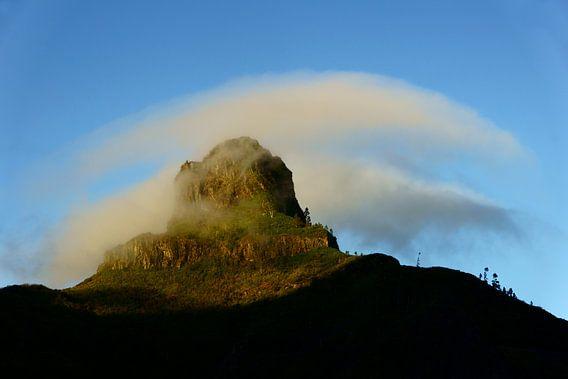 Berg en wolk van Michel van Kooten