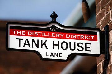 Uithangbord met tekst Tank House Lane van Jan van Dasler