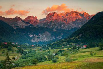 Village de montagne dans les Alpes albanaises sur Antwan Janssen