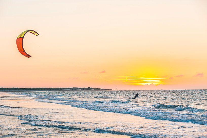 Zonsondergang Kitesurfen op Vrouwenpolder van Andy Troy