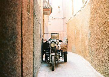 Vintage brommer in de straten van Marrakech / Marrakesh van Raisa Zwart