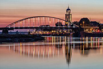 Skyline Deventer bij zonsondergang met twee bruggen van VOSbeeld fotografie