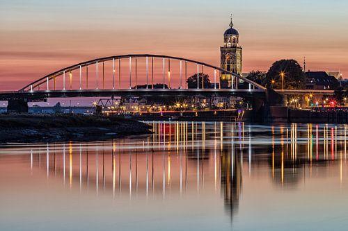 Skyline Deventer bij zonsondergang met twee bruggen van