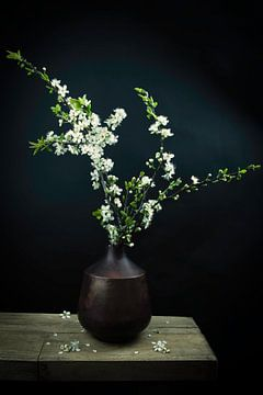 Stillleben weiße Blüte in einer Vase von Marjolein van Middelkoop