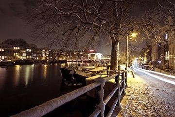 Amsterdam la nuit dans la neige aux Pays-Bas sur Nisangha Masselink
