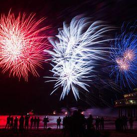 Vuurwerk op de zee bij Scheveningen Pier  van Dexter Reijsmeijer