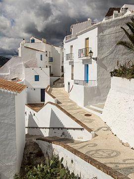 Steeg in het witte dorp Frigiliana in Andalusië van René Weijers